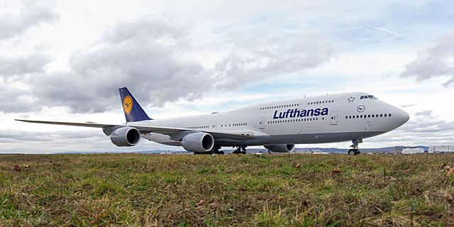 Lufthansa B747-8 taxiing