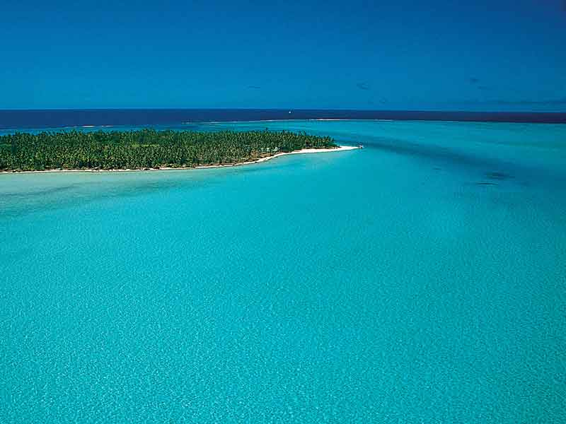 Turqoise waters in French Polynesia.